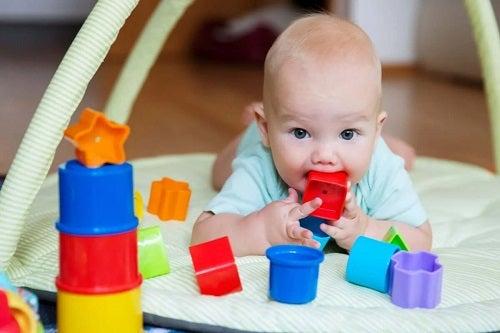 Bebelușii se holbează la jucării