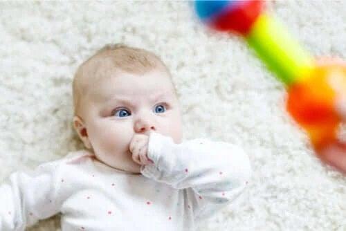 Descoperă de ce bebelușii se holbează!