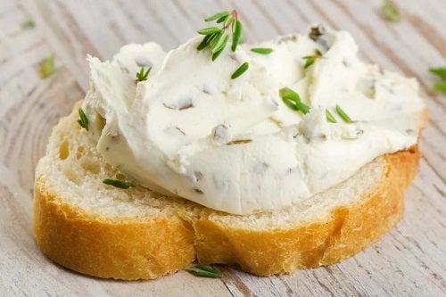 Beneficiile cremei de brânză cu pâine