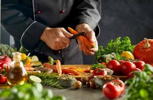 Bucătar care prepapară o rețetă de couscous vegetal