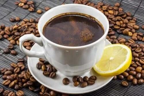 Cafea cu lămâie: o combinație bună?