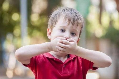 Copil care are nevoie de tratament pentru bâlbâială
