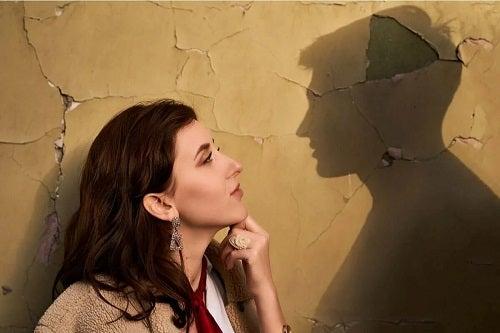 Tânără care nu știe cum să nu te gândești la fostul partener