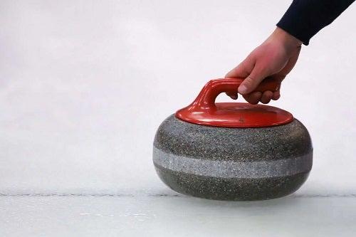 Persoană cu o piatră de curling