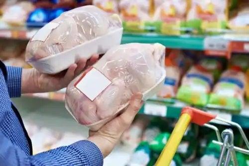 Diferențele dintre carnea de pui și curcan exeminate în magazin
