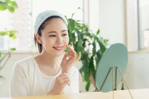 Fată care cunoaște beneficiile peptidelor pentru piele