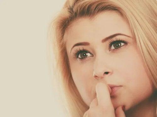 Fată afectată de efectul Dunning-Kruger