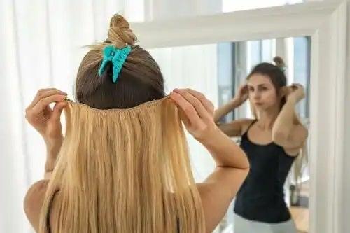 Fată care nu știe că extensiile de păr sunt periculoase