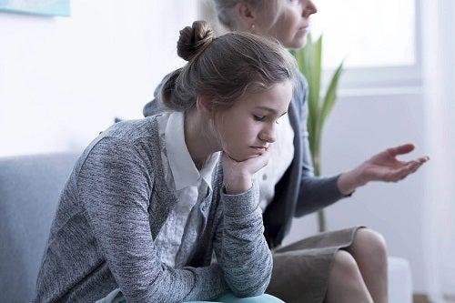 Fată care merge la terapia de familie