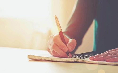 Femeie care are bătătura scriitorului
