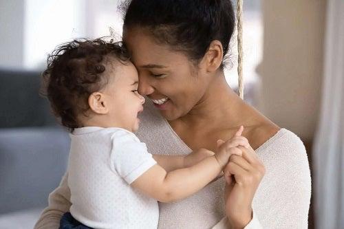 Femeie care știe că bebelușii se holbează