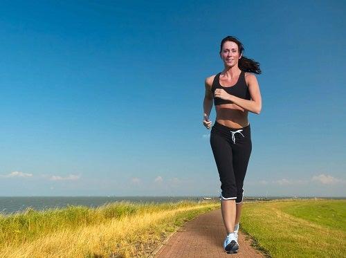 Femeie care este dependentă de alergare