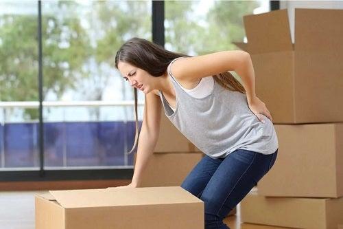 Femeie care are o durere de spate