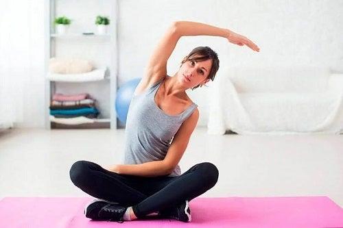 Femeie care face exerciții fizice