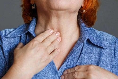 Femeie cu probleme de laringe