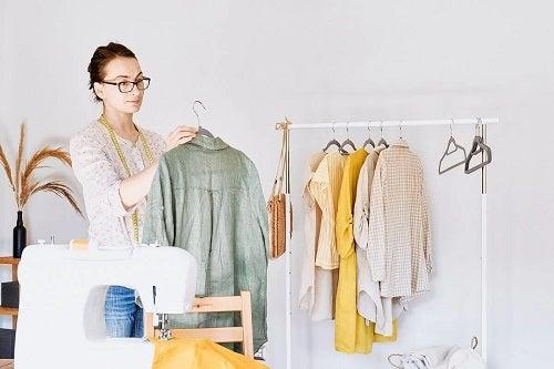 Femeie care pune în practică moda circulară