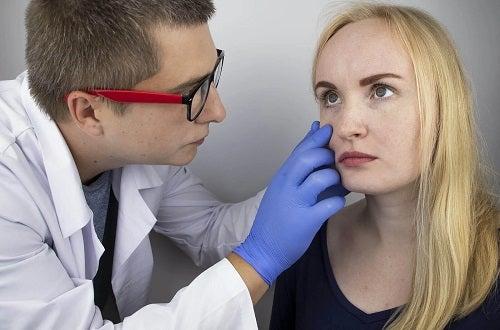 Medic care tratează o femeie cu neuromielită optică