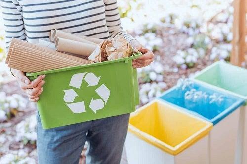 Femeie care reciclează plasticul
