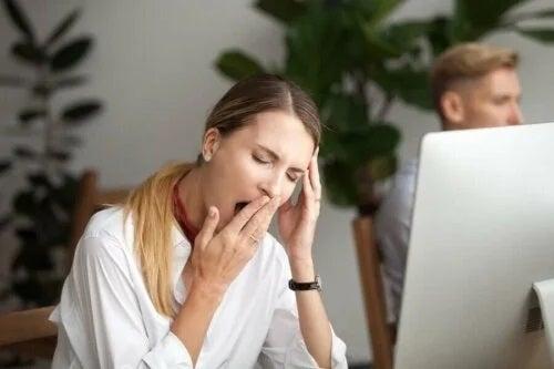 Femeie somnoroasă la birou