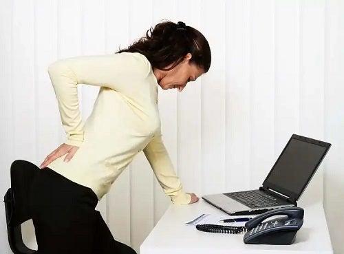 Femeie cu durere de spate