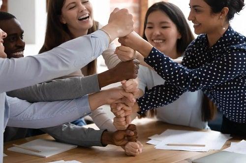 Fete care practică exerciții de consolidare a încrederii