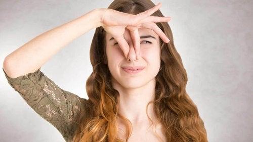 Fată care experimentează halucinațiile olfactive