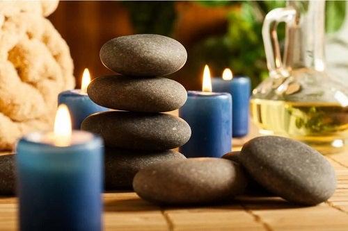 Lumânări și pietre pentru masaj