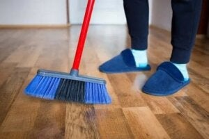 4 metode naturale pentru lustruirea podelelor din lemn