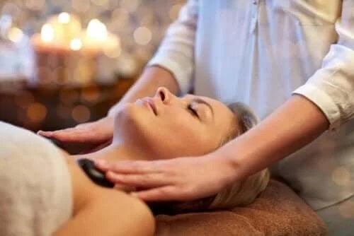 Masajul cu pietre fierbinți: care sunt beneficiile?