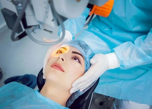 Medic care tratează glaucomul cu unghi deschis