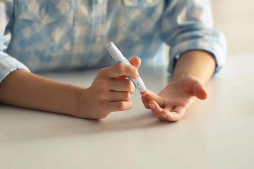 Persoană care își măsoară glicemia