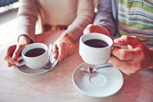 Persoane care consumă cafea cu lămâie
