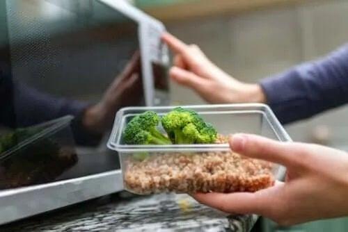 Plasticul în cuptorul cu microunde: este sigur?