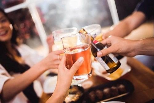 Prieteni care consumă alcool