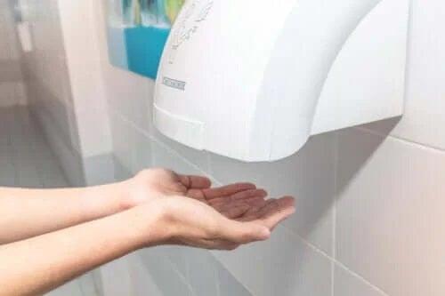 Riscurile folosirii uscătoarelor de mâini