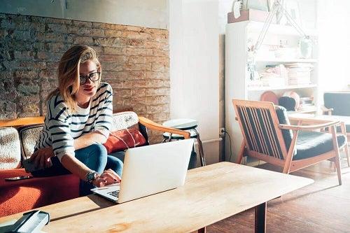 Femeie care cunoaște strategii pentru a gestiona timpul mai bine