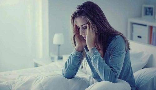 Tânără care știe ce este fibromialgia
