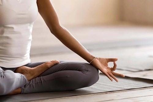 Tânără care a pus în practică sfaturi pentru a medita cu succes