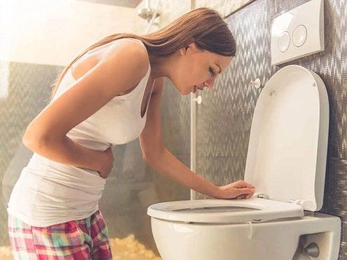 Tânără care află că poți să vomiți după anticoncpționale