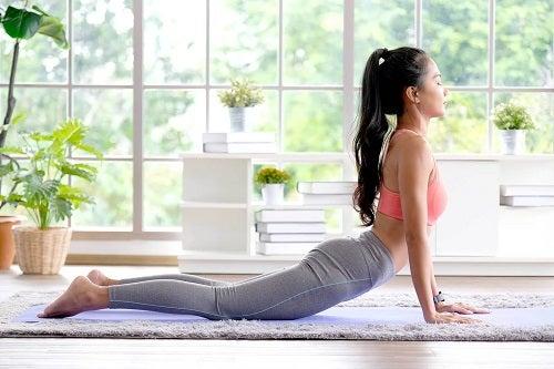Tânără care face yoga pentru osteoartrită