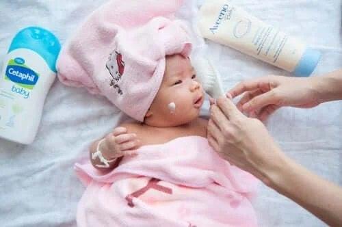 Persoană care aplică tratamente pentru acneea la bebeluși