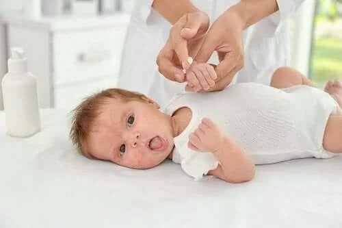 Cauzele și tratamentele acneei la bebeluși