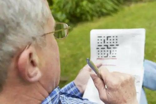 Bărbat care știe că bilingvismul încetinește demența