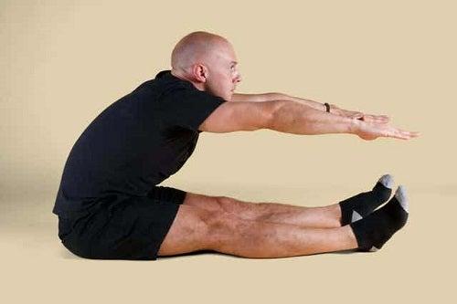 Bărbat executând exerciții Pilates pentru începători