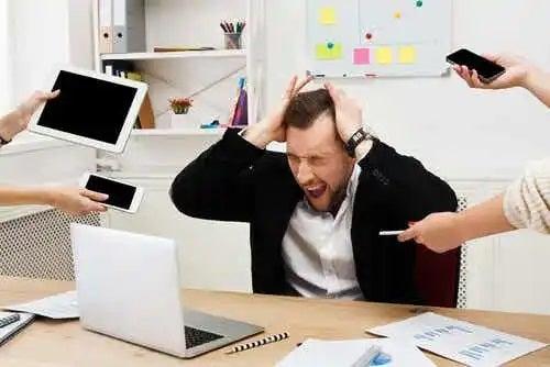 Bărbat ocupat și stresat la locul de muncă
