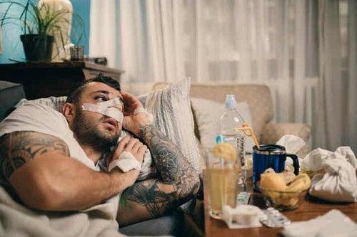 Bărbat care se recuperează după septoplastie