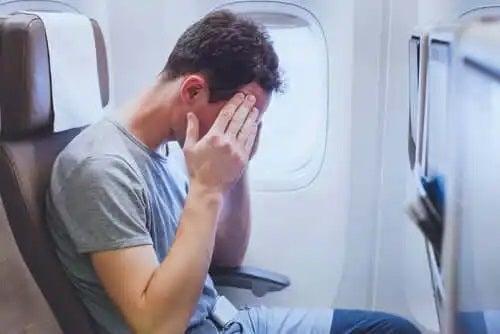 Bărbat care simte stresul în timpul zborului