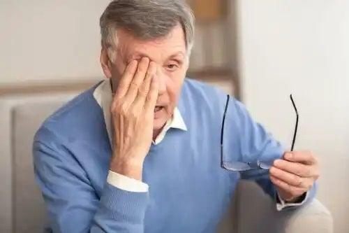 Bătrân care știe cum este viața cu glaucom