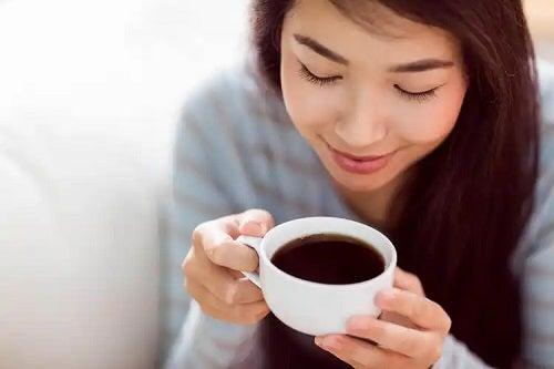 Cafeina influențează creierul la femei