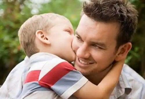 Copil care își sărută tatăl